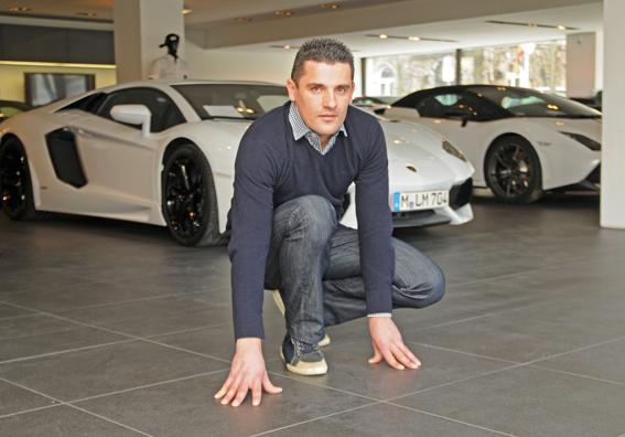 Mario Karacic, Inhaber mk fliese & stein gmbh, prüft die Bodenverlegung im Showroom von Lamborghini München